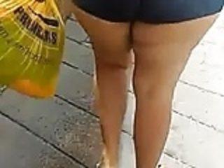 Minha esposa de shortinho jeans justinho caminhando