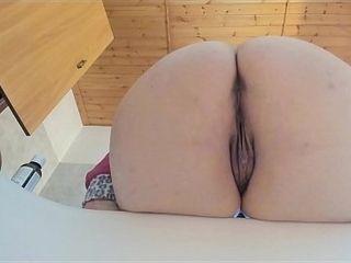 Spia il grasso booty della tua mamma italiana mentre piscia e scoreggia sulla tua faccia al rallentatore