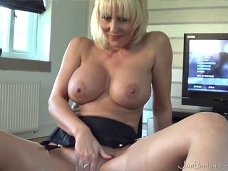 Chesty MILF Rubs say no to Pussy